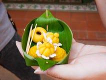 Traditioneller thailändischer Nachtisch im Bananen-Blatt-Behälter lizenzfreie stockfotografie