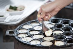 Traditioneller thailändischer Nachtisch, Kokonussmilch und Reismehlpfannkuchen Stockfoto