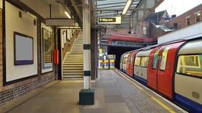 Traditioneller U-Bahnhof und Zug in der Bewegung lizenzfreies stockbild