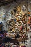 Traditioneller venetianischer Maskenshop Stockbild