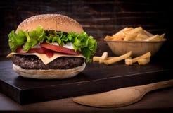Traditioneller würziger Rindfleischburger mit Salat und Tomate Stockbilder