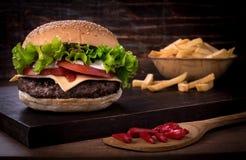 Traditioneller würziger Rindfleischburger mit Salat und Tomate Stockbild
