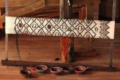Traditioneller Webstuhl im birmanischen Dorf stockfotos