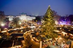 Traditioneller Weihnachtsmarkt in Wien Österreich Schattenbild des kauernden Geschäftsmannes stockfoto