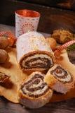 Traditioneller Weihnachtsmohnkuchen auf Holztisch Stockfotografie