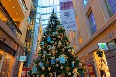 Traditioneller Weihnachtstannenbaum im mehrstufigen Einkaufszentrum Stockfotos