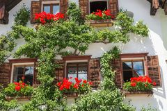 Traditionelles alpines Haus im schönen Bergdorf, Hallstatt, Österreich Lizenzfreie Stockfotografie