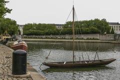 Traditionelles altes Boot festgemacht in der Stadt von Nantes in Frankreich lizenzfreie stockbilder