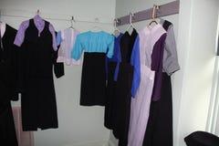 Traditionelles amisches Kleidungskleid oder -ausstattungen angezeigt in einem amischen Haus lizenzfreies stockbild