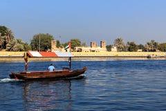 Traditionelles arabisches hölzernes Boot für das Touristenski fahren Stockbilder