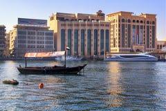 Traditionelles arabisches hölzernes Boot und modernes Sportboot Lizenzfreie Stockfotografie