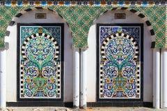 Traditionelles arabisches Mosaik in Tunesien (Medina). Gemalte Fliesen Stockfoto