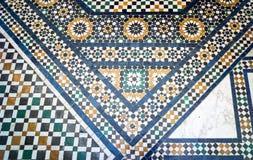 Traditionelles arabisches Weiß und blauer Marmor und Mosaikfliesenboden - passend für Hintergrund stockbild