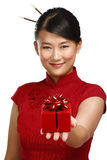 Traditionelles asiatisches Mädchen, das ein Weihnachtsgeschenk zeigt Stockfotografie