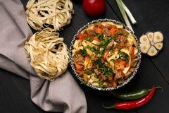 Traditionelles asiatisches Nudel lagman mit Gemüse und Fleisch Stockfotos