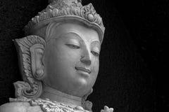 Traditionelles asiatisches Steinschnitzen von den Buddhismusgottheiten, die asiatische Kultur veranschaulichen Stockfoto