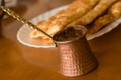 Traditionelles Backen und arabischer Kaffeetopf lizenzfreie stockfotografie