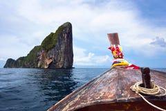 Traditionelles Boot des langen Schwanzes in Koh Phi Phi, Thailand Stockfotografie