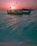 Traditionelles Boot und Ozeansonnenuntergang, Maldives Stockfotos