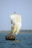 Traditionelles Boot in Westafrika mit einem Segel Stockbilder