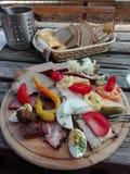 Traditionelles Brettljausn mit Brot und vielem Aufschnitt auf Holztisch in Österreich lizenzfreie stockfotografie