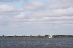 Traditionelles britisches Segelboot: ein Norfolk-Wherry, an einem grauen Tag lizenzfreie stockfotografie