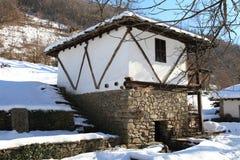 Traditionelles bulgarisches Haus während des Winters, Etar, Gabrovo, Bulgarien Stockbilder