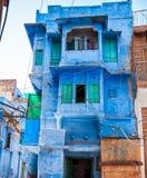 Traditionelles buntes Haus auf der Straße in Jodhpur, Rajasthan, lizenzfreie stockfotografie