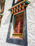 Traditionelles buntes tibetanisches Fenster am Songzanlin-Kloster stockfoto