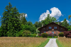 Traditionelles Chalet in der Schweiz Stockbilder