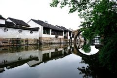 Traditionelles China-Dorf im Fluss Süd Stockbild