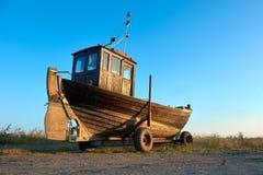 Traditionelles deutsches Fischerboot auf einer Küste von Ostsee an Stockfotografie