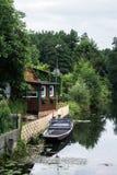 Traditionelles deutsches Haus nahe dem Kanal Stockfotografie