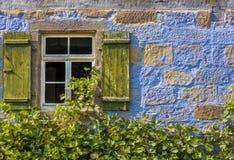 Traditionelles deutsches Hausfenster und Steinwand Lizenzfreie Stockfotos