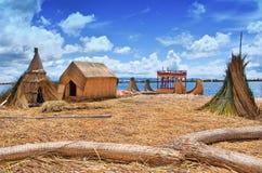 Traditionelles Dorf auf Uros-Inseln auf Titicaca-See in Peru Lizenzfreies Stockfoto