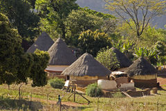 Traditionelles Dorf in Südafrika lizenzfreies stockbild
