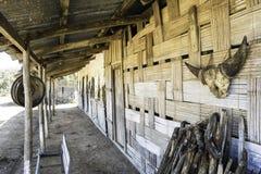 Traditionelles einheimisches Bambushaus in ländlichem Gebiet Indiens lizenzfreie stockfotos