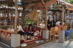 Traditionelles Emirati Restaurant Alfanar in Dubai, UAE stockbild