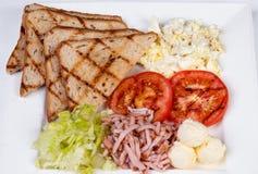 Traditionelles englisches Frühstück mit durcheinandergemischten Eiern Stockbilder