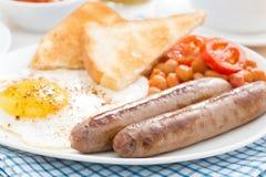 Traditionelles englisches Frühstück mit Würsten, selektiver Fokus Stockbild