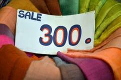 Traditionelles farbiges Gewebe im Verkauf Stockbild
