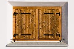 Traditionelles Fenster mit hölzernen Blendenverschlüssen Lizenzfreie Stockfotografie
