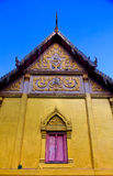 Traditionelles Fenster und Tür in der thailändischen Art am Tempel von Thailand Stockfotos