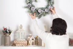 Traditionelles festliches Weihnachten verzierte Kamin mit Kerzen lizenzfreie stockfotos