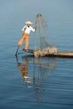 Traditionelles Fischen durch Netz in Birma Stockfotografie