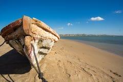 Traditionelles Fischerboot auf dem Strand von Kolumbien Lizenzfreies Stockfoto
