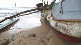 Traditionelles Fischerboot auf dem Strand in Weligama, Sri Lanka stock footage