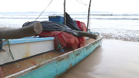 Traditionelles Fischerboot auf dem Strand in Weligama, Sri Lanka stock video footage