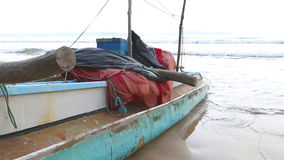 Traditionelles Fischerboot auf dem Strand in Weligama, Sri Lanka stock video