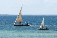 Traditionelles Fischerbootlaufen des Segelns Lizenzfreie Stockfotos